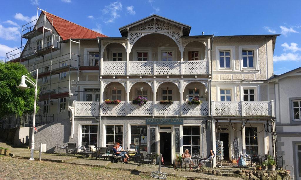 Typische Rügen Häuser mit Holzveranda: Dahlmanns Bazar in Sassnitz